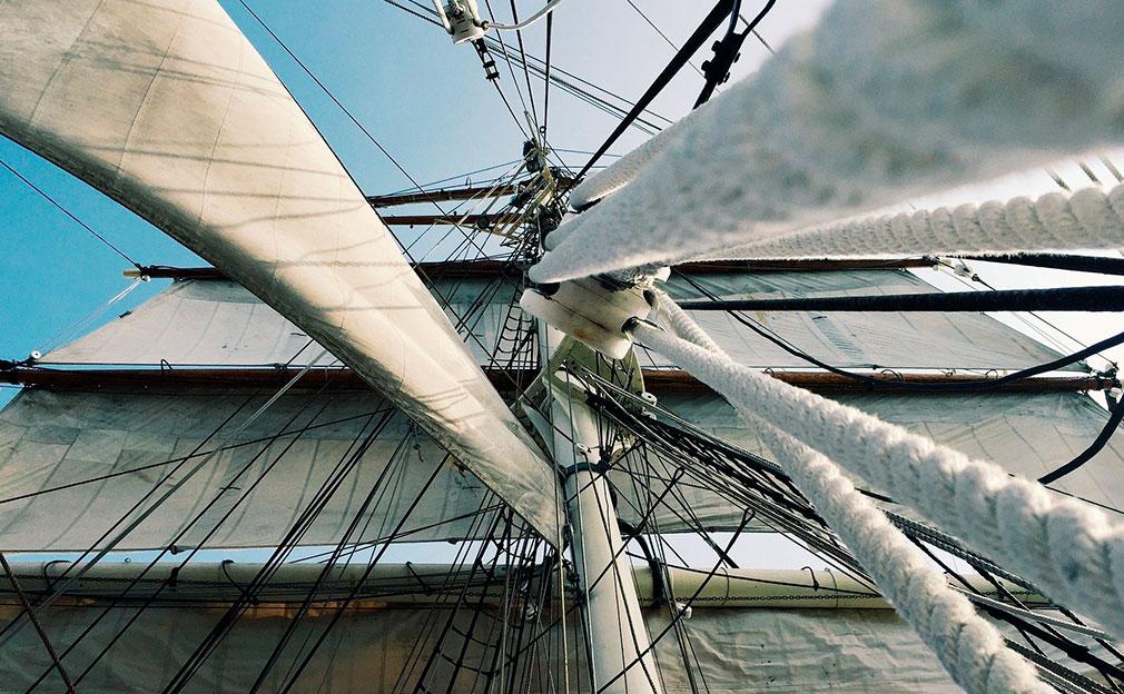 Gréement bateau à voiles vu du dessous