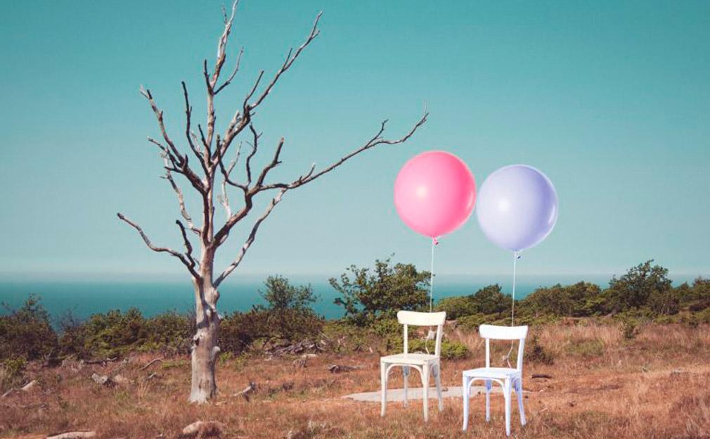 ballons attachés à des chaises
